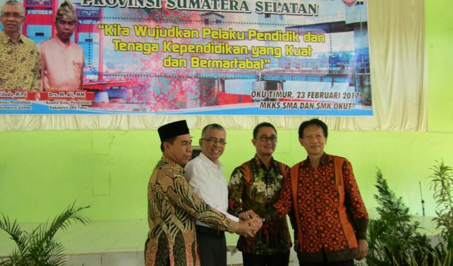 Drs Widodo M.Pd (Kadisdik Sumsel) saat memberikan pembinaan kepada guru di Belitang OKU Timur, Kamis (02/03)