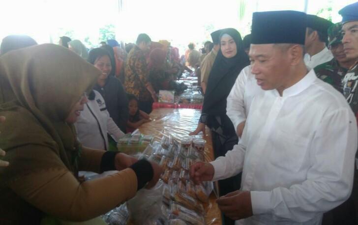 Bupati HM Kholid saat membeli makanan takjil buat buka puasa di salah satu pedagang Pasar Bedug 2017