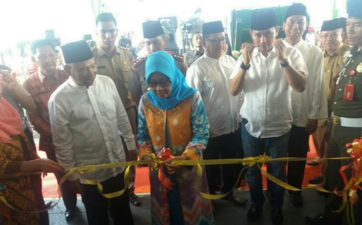 Bupati HM Kholid beserta istri didampingi Wakil Bupati saat menggunting pita peresmian pembukaan Pasar Bedug 2017