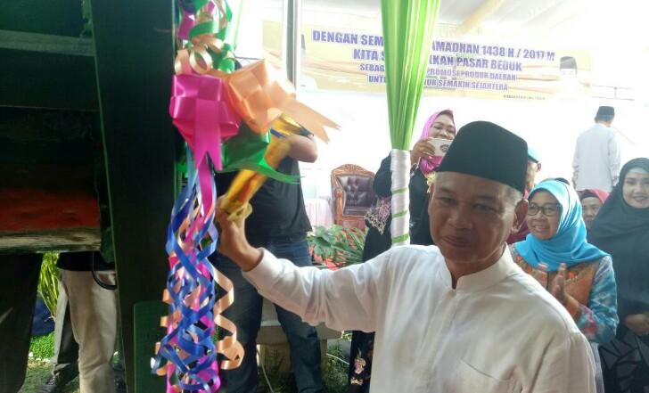 Bupati HM Kholid menabuh bedug sebagai tanda peresmian pembukaan Pasar Bedug 2017